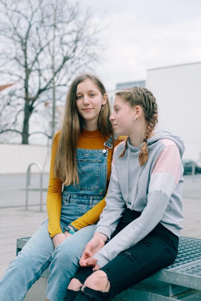 Die Jugendweihe-Teilnehmerinnen Yakira (l.) und Victoria in Rheinland-Pfalz. Foto: Kate Schulze