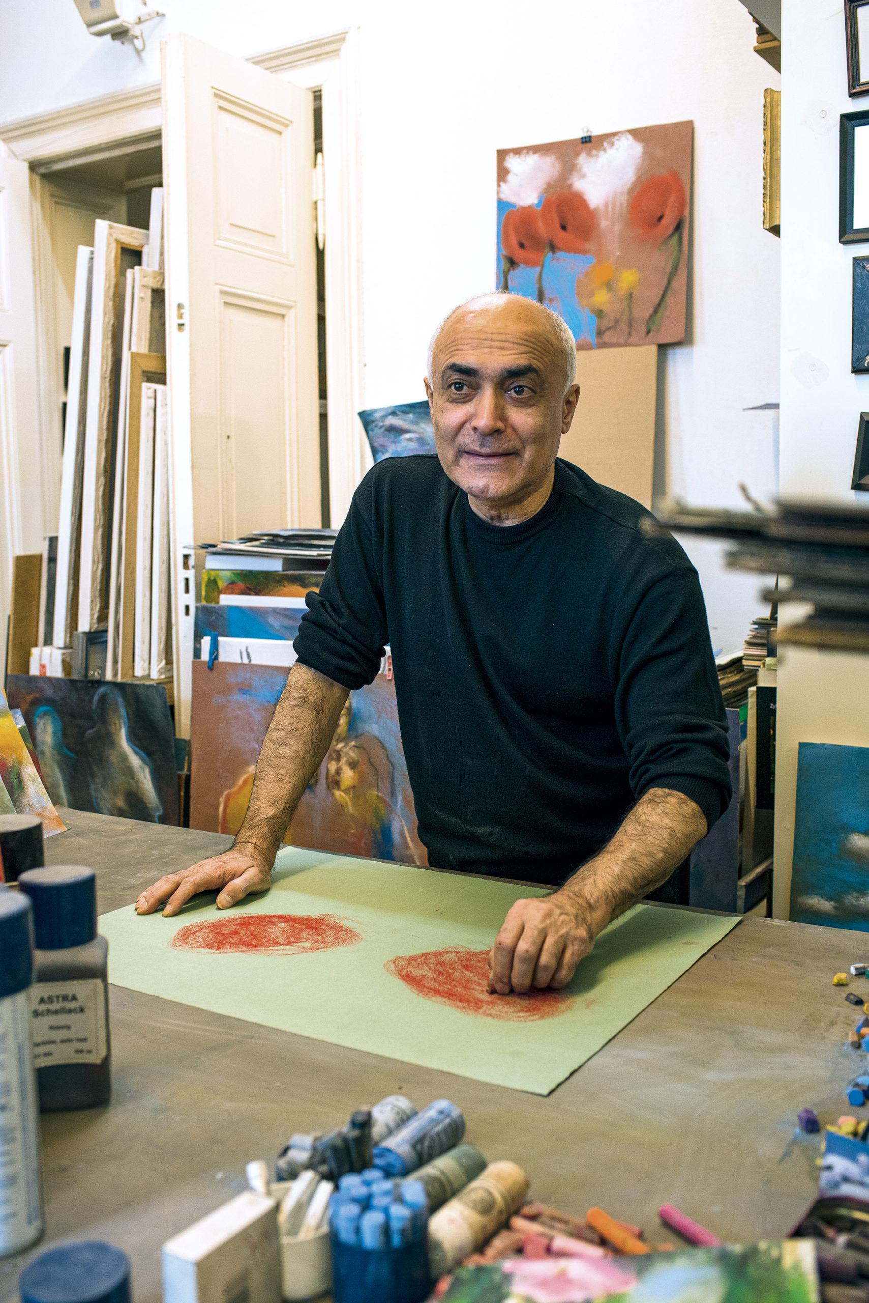 Der Künstler Kani Alavi bevorzugt Pastellkreide. Denn damit sind die Übergänge leichter zu erreichen als mit Ölfarbe.  Oft beginnt er erst spät abends zu malen. Er ist ein Nachtmensch.