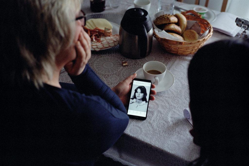 Heike Linke mit einem Foto von sich als 17-Jährige © Marcel Eisenreich