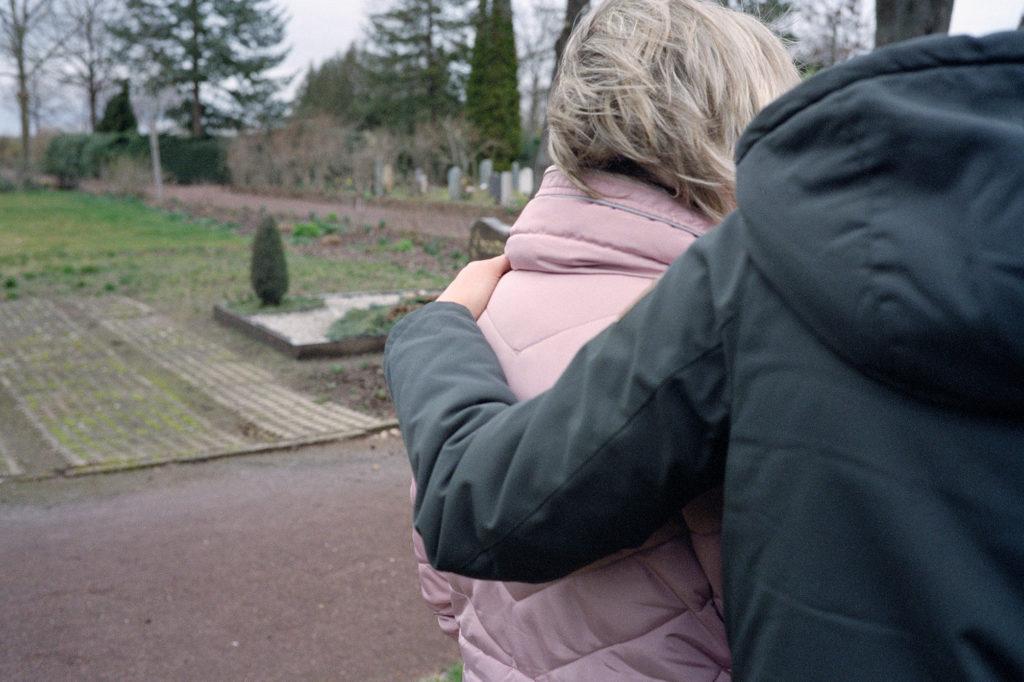 Heike Linke am mutmaßlichen Grab ihrer Tochter © Marcel Eisenreich