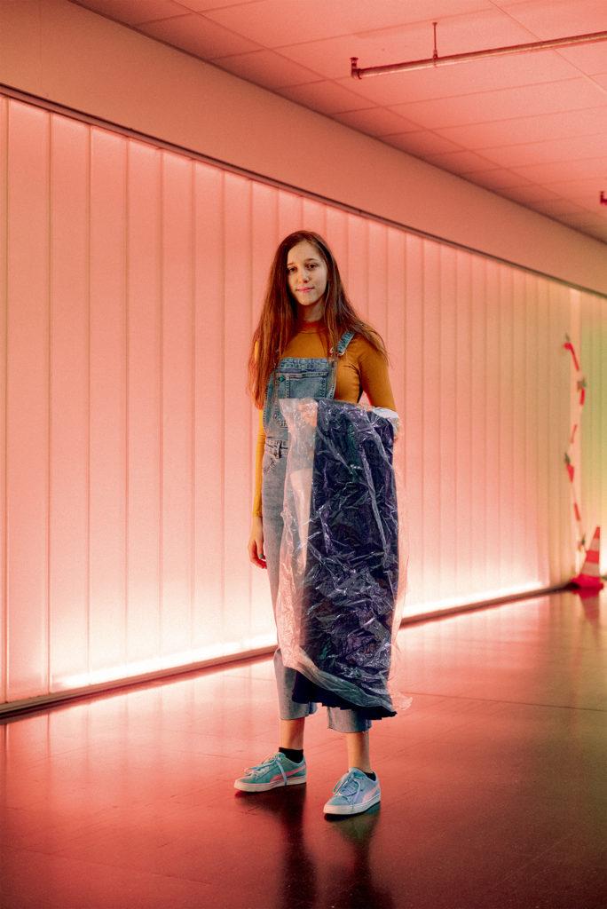 Jugendweihe-Teilnehmerin Yakira mit ihrem Kleid. Foto: Kate Schultze
