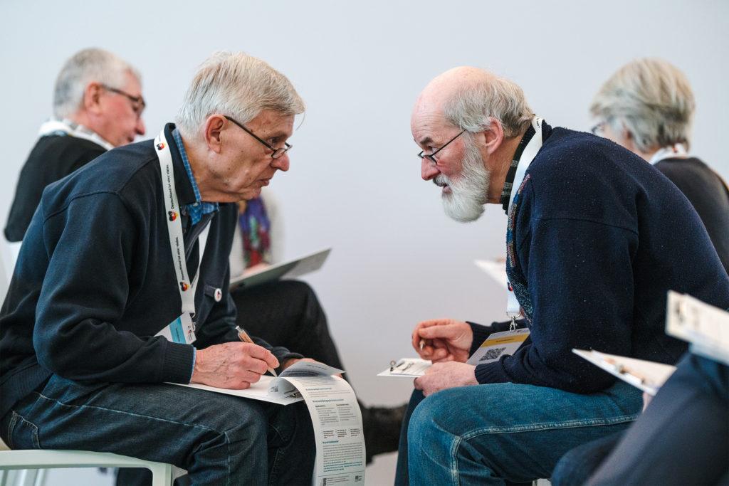 Zwei Teilnehmer des Treffens im tiefen Gespräch.