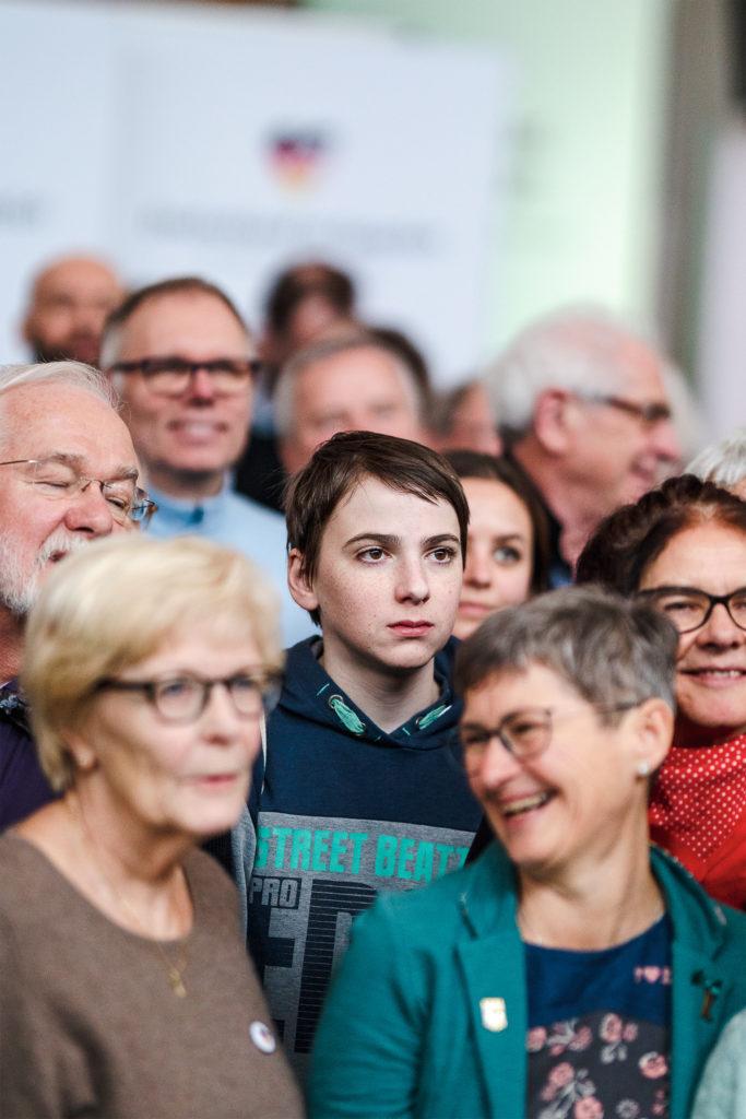 Nach dem Bürgerdialog in der Mehrzweckhalle Schmalkalden rücken Ben Hilker und andere Teilnehmende für ein Foto zusammen.