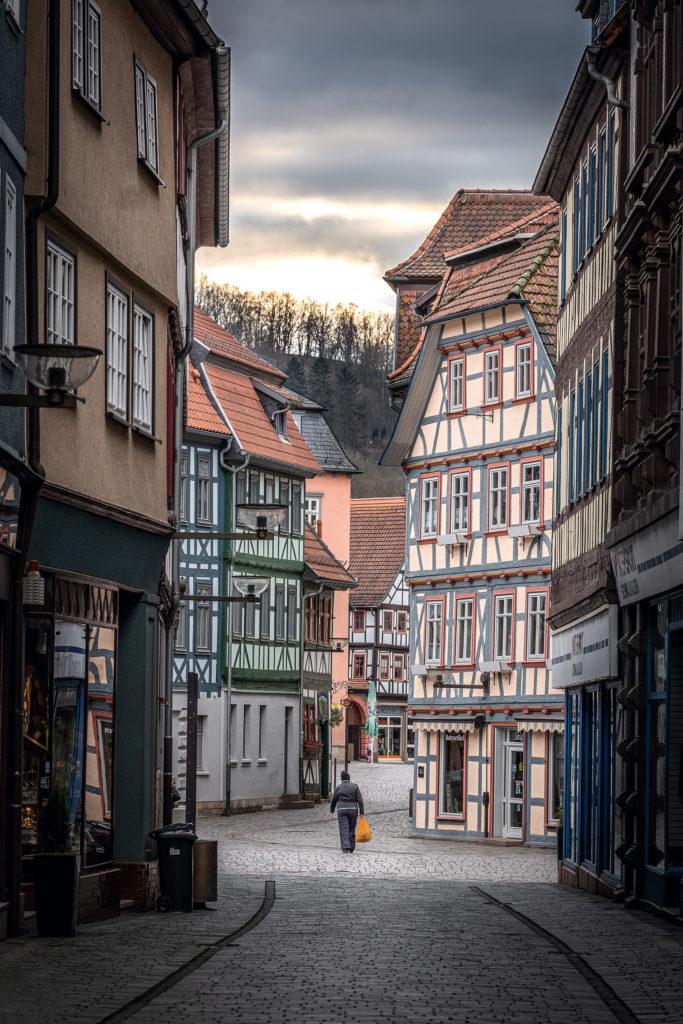 In der Altstadt von Schmalkalden stehen viele Fachwerkhäuser. Die Straßen sind wie ausgestorben.