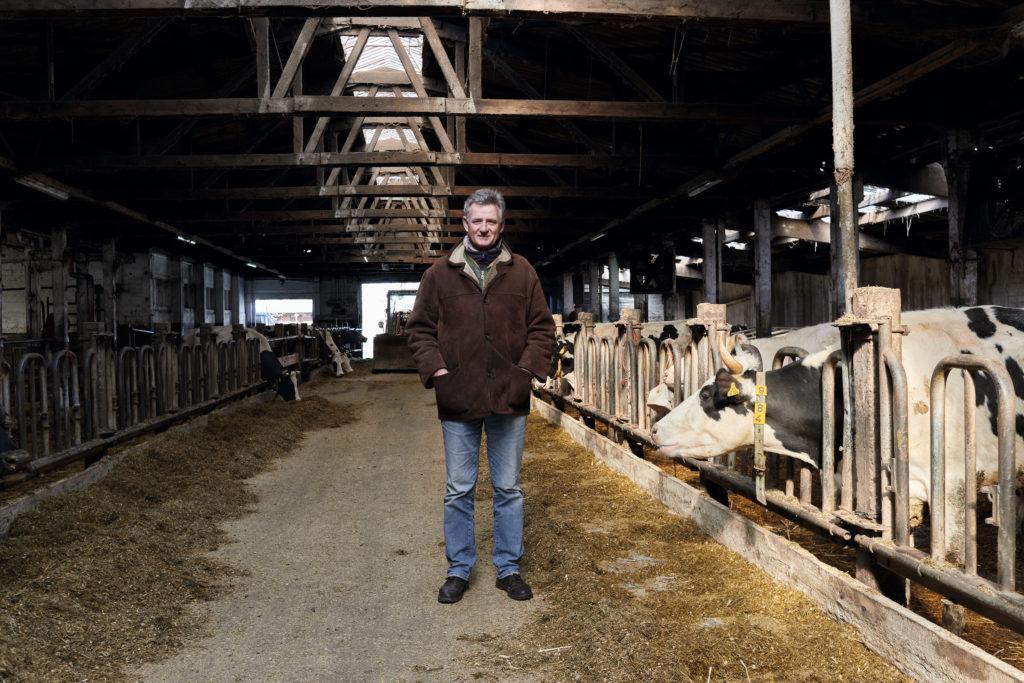 Ökodorf Brodowin-Chef Ludolf von Maltzan steht in einem Kuhstall seines Betriebs