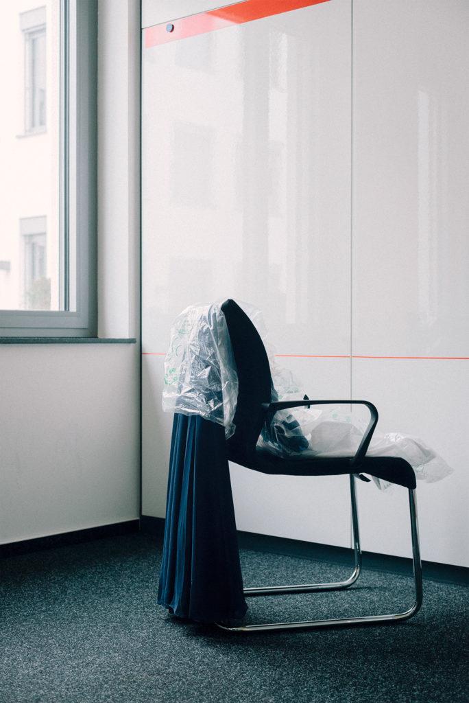 Warten auf das Fest: Jugendweihe-Teilnehmerin Yakira hat sich für ihre Feier in Rheinland-Pfalz ein blaues Kleid ausgesucht. Foto: Kate Schultze